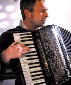 Unser Akkordeon-Lehrer Max Stadler gibt Akkordeon-, Kontrabass-, E-Bass- und Gitarren-Unterricht